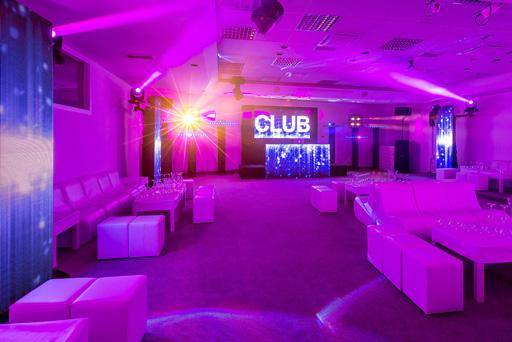 night club private party lounge chauffeuse pouf ecran led video cabine dj video mur sofas white blanc clubbing evenement prive event birthday indoor interieur vague de st paul vence hotel