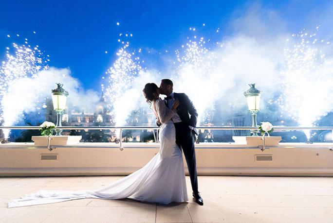 wedding planner monaco cafe de paris place du casino robe blanche jets froids etincelles cold sparks white dress groom romantique photo toit ciel